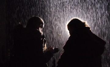 LONDON: เดินตากฝนได้โดยไม่เปียกที่ Rain Room นิทรรศการกลางสายฝนที่ผู้ชมไม่ต้องพกร่ม!