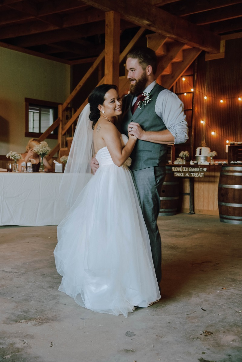 How to plan a rustic wedding in a barn
