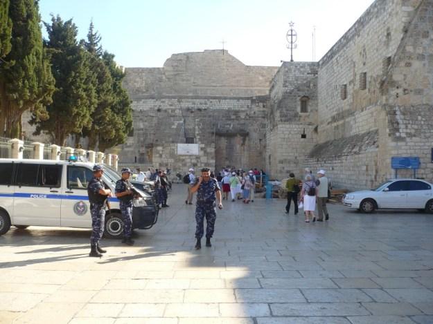 soldaten bij geboortekerk Bethlehem