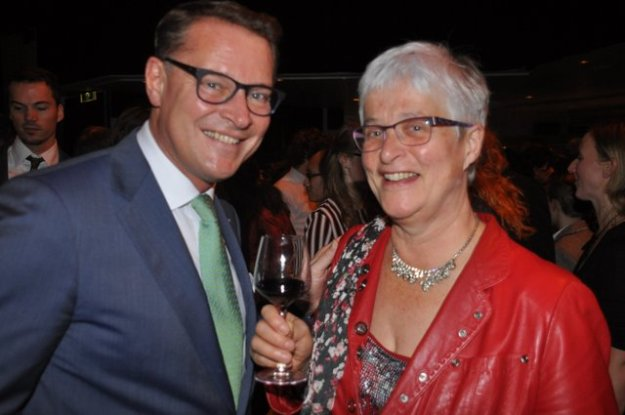 Marianne Visser van Klaarwater feliciteert Albert Verlinde met de geslaagde premiere van the Sound of Music.