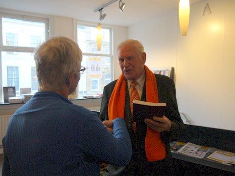 Boekpresentatie Jan Thijse, drecteur van het museum Buren en Oranje ontvangt mijn boek
