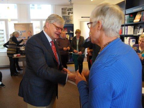ds Carel ter Linde neemt mijn boek in ontvangst als dank voor zijn kriiek, advies en steun sinds 2005