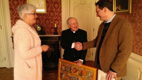 Goede Werken. Pauselijke Nuntius Mgr Aldo Cavalli zegt toe de Maand van Barmhartuggeid te openen. Links initiatuefneemster Marianne Visser van KLaarwater, rechts iconenschillder Geert Hűsstege .