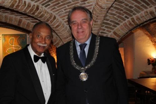 Alwin Toppenberg en burgemeester B.Verkerk. Hij noemt de Orde de hoedster van onze taal en cultuur.