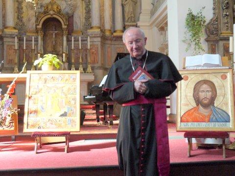 """Nuntius Mgr Aldo Cavalli koestert het boekje ''omzien naar elkaar"""""""
