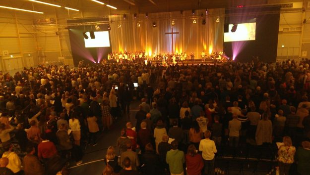 Verbinden. Op 9 oktober bezochten ca 2500 mensen de gidsdienst van ''Geloven in de stad'' om hun verbondenheid met elkaar te vieren.