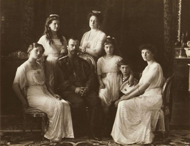 In 1918 werden ze allemaal vermoord, maar inmiddels verklaarde de Russisch Orthodoxe Ker hen allemaal heilig. Het gezin van tsaar Nicolaas II, 1914. Foto Atelier Boissonnas & Eggler © GARF, State Archive of the Russian Federation