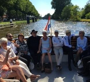 De Vliet, van links naar rechts: Bert Segier, (Int.Cie Missing Persons),Nicole Hermans (secretaris OvdP/den Haag), Peter Lasschuit en Marianne Visser van Klaarwater. met strohoed jurist Bram Martin, Janneke Schaafsma