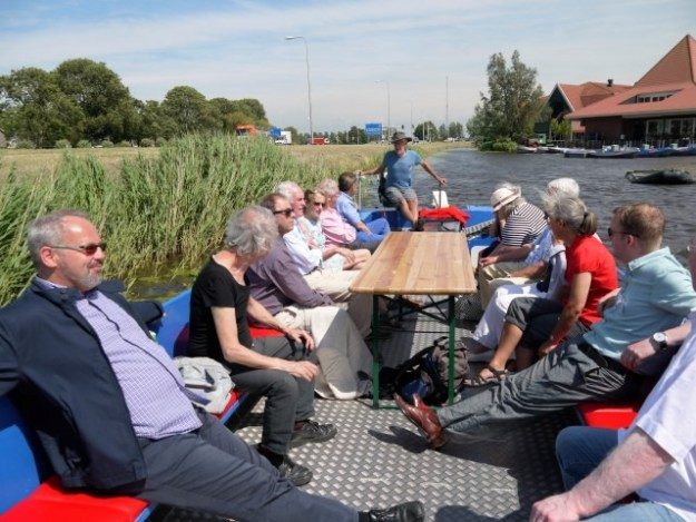 Leden van Hollandia Netwerk met rechts Museumhotel de Rijper Eilanden.
