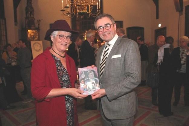 Oranjevorsten en hun geloof. Op 15 november 2017 presenteerde Marianne Visser van Klaarwater in de Gravenzaal van Haarlem haar boek ''het geloof van Oranje'' aan burgemeester Jos Wienen. Foto: Willem Brand, http://www.haarlemse-hofjeskrant.nl/