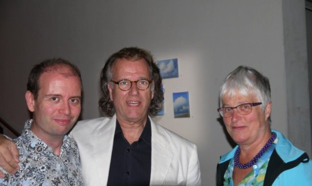 Marianne VIsser van KLaarwater in gesprek met de schilder Marc Rieu en zijn vader André Rieu