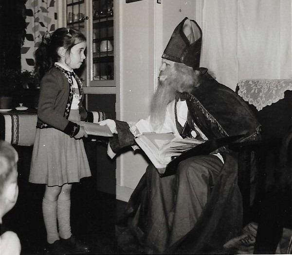 Bij mijn ouders thuis. Als kind stelde ik een grenzenloos vertrouwen in Sinterklaas.