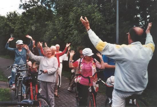 10 jaar Haarlem. De Fietsclub van pastoor Niesten, achteraan in het geel sta ik.