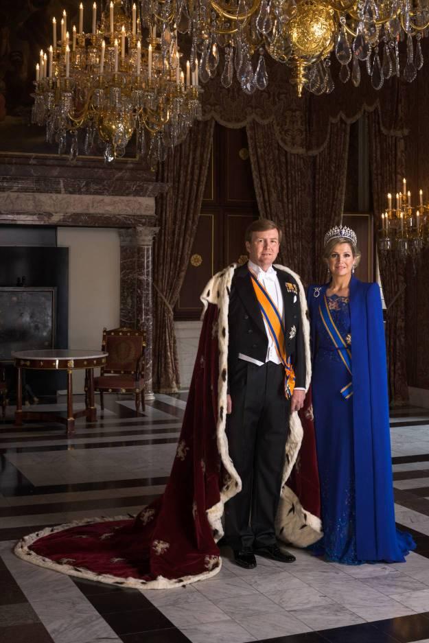 30 april, 2013 staatsiefoto Koning Willem-Alexander met koningsmantelen koningin Maxima in een robe van Maxima's favoriete couturier Jan Taminiau, Foto: RVD Koos Breukel