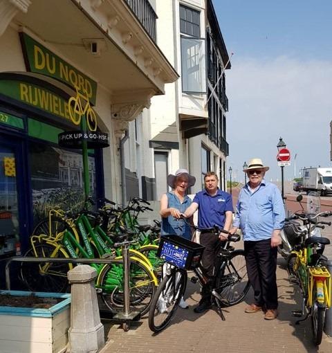 Duinenroute met de Haagsche stadsfiets en museumfiets. Op de foto in het midden Hans van der Zijden, bedenker van beide fietsen en eigenaar van Rijwielhandel du Nord in Scheveningen