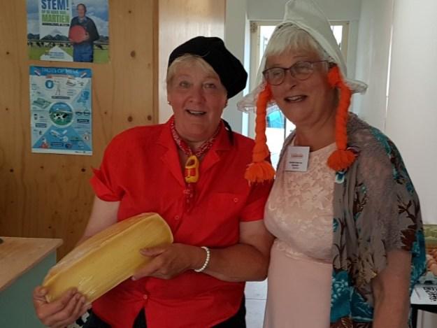 Hollands Plassengebied, Kaasmuseum, kaasmakerij en B&B de Kaagse boer. Bierin Afra en Marianne Visser van Klaarwater samen op de foto