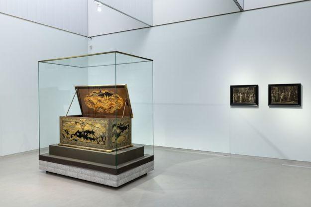 Voor: Lakkist, ca. 1635-45, Koami-werkplaats (toegeschreven aan), collectie Rijksmuseum / rechts: Joas door de hogepriester Jojada tot koning gezalfd, ca. 1620 en Athalia verdreven uit de tempel, ca. 1610-20 van Rombout Uylenburgh, collectie Museum Het Rembrandthuis