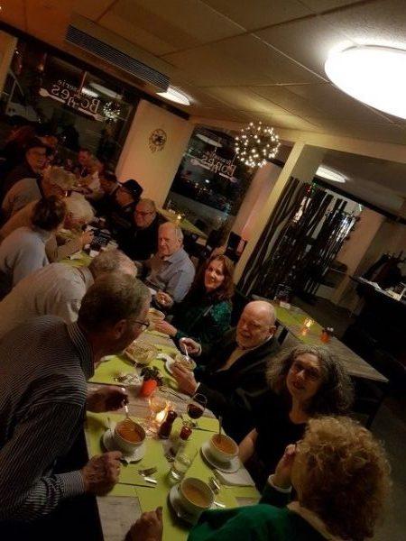 Zeeuwse kust, Vrouwenpolder, eten met PRET bij Bonnes, in het midden voorzitter Boudewijn Leeuwenburgh, achteraan met de hoedjes mijn man Peter Lasschuit en ik Marianne Visser van Klaarwater