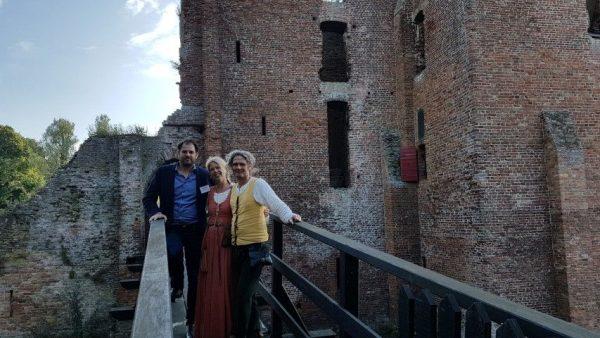 Dimitri Arpad, Angelique Schipper en Rob Kortekaas op de brug van de Ruïne van Brederode in Santpoort