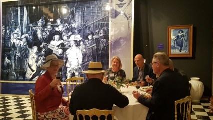 Smullen van een rijsttafel bij Royal Delft met Marjolijn van der Jagt en andere leden van PRET (Promotie Recreatie En Toerisme) tijdens Hollandia Netwerk bijeenkomst