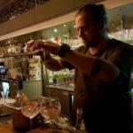 Cocktailmaker Arjan Kleton knalt met zijn show ''Met de fles grootgebracht''