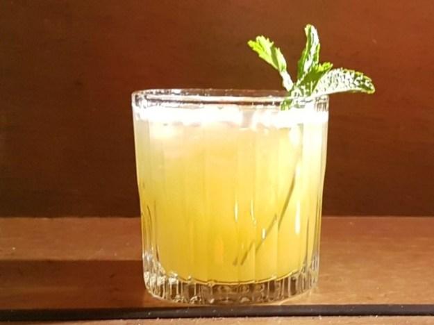 """Cocktailmaker Arjan Kleton maakte speciaal voor de première """"43 Lieve Vrouwen"""" gegeven. Bestaat uit Licor43, Vodka, ananassap, sinaasappelsap, limoensap en verse munt."""