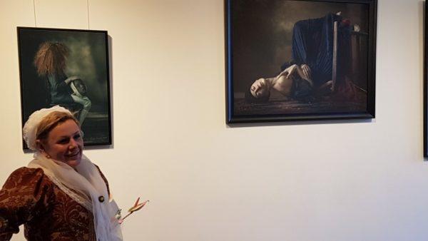 Ewa Cwikla tijdens expositie in galerie Bakenes