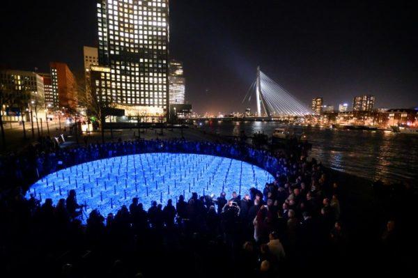 Donderdagavond 16 januari 2020 werd het Levenslicht onthuld. Het heeft een diameter van 20 meter bestaande uit 104.000 lichtgevende herdenkingsstenen –gelijk aan het aantal slachtoffers uit Nederland, foto Daan Roosegaarde, studio Roosegaarde