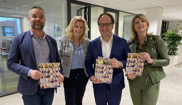 ANBO overhandigt juboluemmagazine aan minister Koolhaas