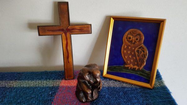 Boëthius, troost in de filosofie wijst op wijsheid en geloof en de peinzende mens hier gesymboliseerd door de uil, het kruis en de denker van Rodin