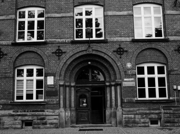Bij de voordeur van het gymnasium van Novy Targ neemt Miriam me mee in het bizarre levensverhaal van haar vader oorlogsheld Dolek Guensberg