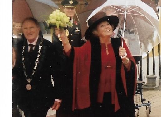 Koningin Beatrix bezocht in 2005 ter ere van haar 25-jarig jubileum mijn toenmalige woonplaats Lelystad, foto Roel Visser (1946-2008)