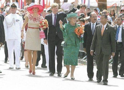 Hare Majesteit de Koningin op staatsbezoek op Aruba, 28 oktober 2011, uit: Koningin Beatrix gezien door Caribische ogen, Marianne Visser van Klaarwater