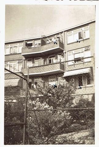 10 mei, Cocky, Anton en vrienden op het balkon aan de Breitnerstraat 60B. Over de rand van het balkon hangt de korte broek van de Sicherheitsdienst-oficier 1943 ,