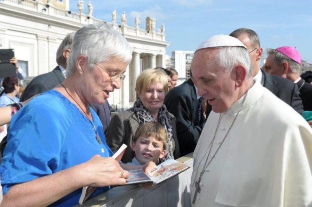 Marianne Visser van Klaarwater toont en schenkt haar AO-boekje over paus Johannes Paulus II met daarin het voorwoord van Andries Greiner. of aan de Paus Franciscus en Marianne Visser van KLaarwater