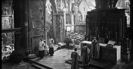 Bisschop Clemens van Galen, De Leeuw van Münster, draagt de mis op in de op 6 juni 1941 gebombardeerde Paulusdom