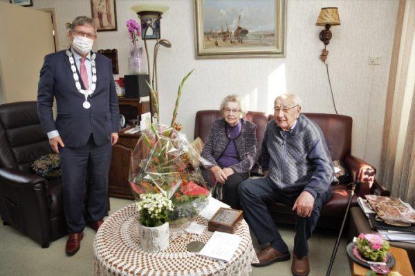 Burgemeester Gregor Rensen feliciteert 70-jarig echtpaar, foto Niels Braal