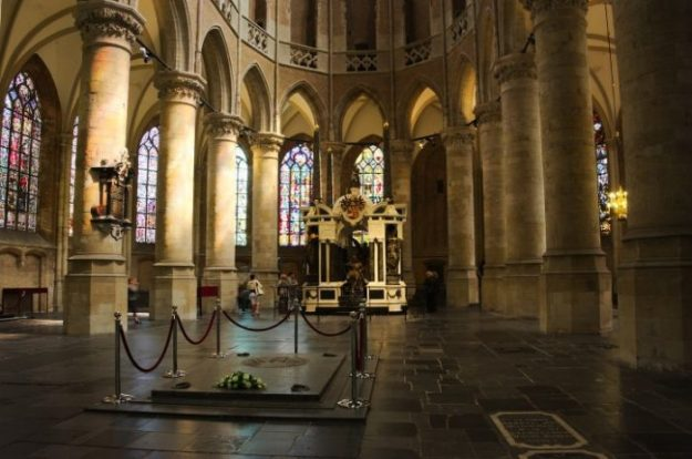 Op kerkenpad door Nederland, foto Rolf Merle, Delft, Nieuwe Kerk, ingang Koninklijke crypte
