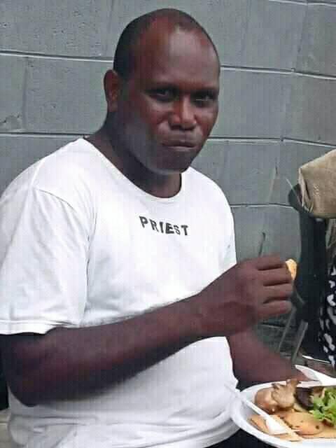 chatten met Papoea Nieuw-Guinea, Damien Lito, huidige pastoor van de Sint Xavierparochie in Bundralis