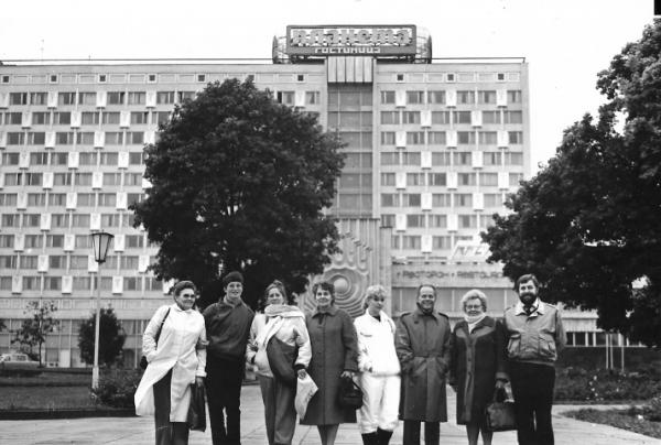 Minsk, 1986, van links naar rechts vertegenwoordigers Frankrijk, Nederland (Marianne Visser van Klaarwater), Italie, Engeland, danserses van Kalinka, Belgie. Duitsland, manager van Kalinka