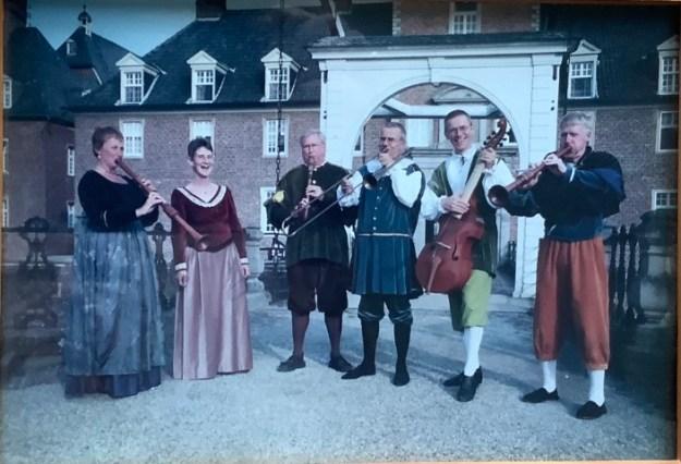 Theo Helmer, 3e van links, Speellieden van Gelre, kasteel te Anholt