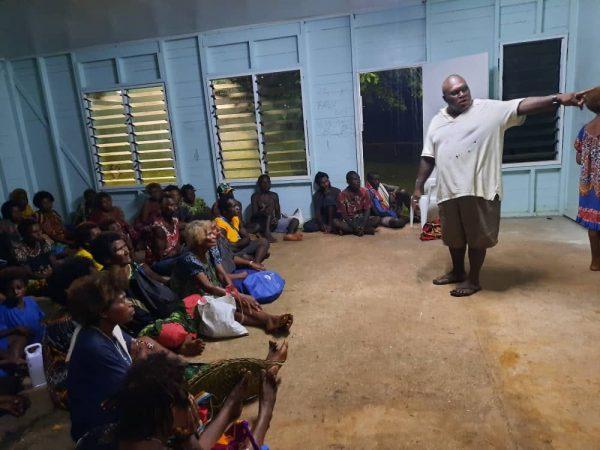 Martelaren Bismarck Archipel, pastoor Mien Lito van de st Xavier Parochie in Bundralis vertelt in Kavieng het verhaal