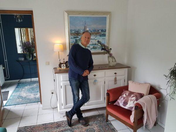 Joop Kessels in de sfeervolle huiskamer van zijn woonboerderij te Heeze