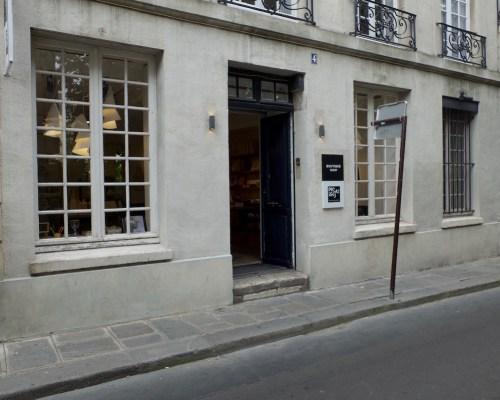 De boutique is gesitueerd in dezelfde straat als het Picassomuseum,