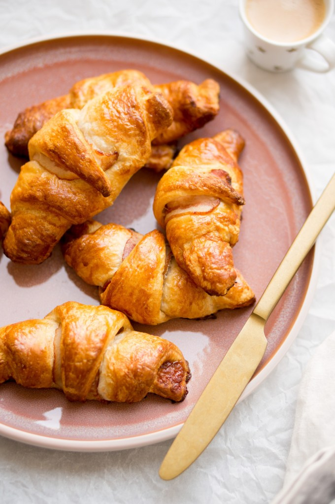 """Croissants with bacon and syrup: an easy recipe! """" width = """"1200"""" height = """"1806"""" /> </figure data-recalc-dims="""