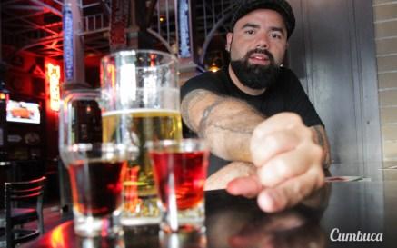 Ed Carneiro apresentando seus drinques envelhecidos no Grainne's