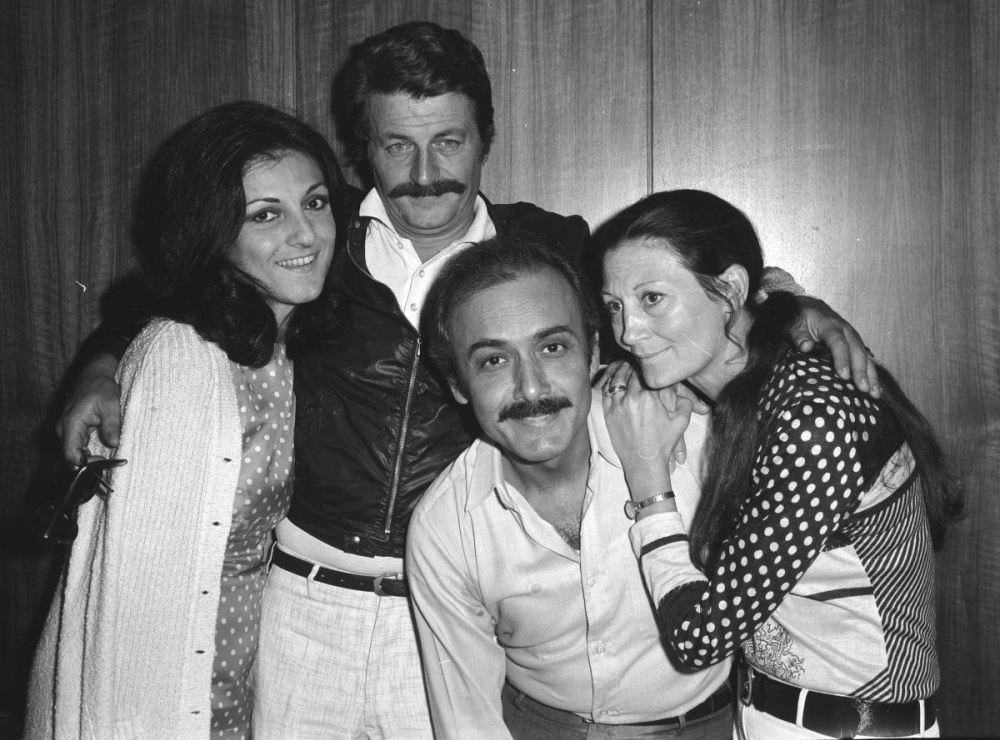 <p>20 Haziran 1972'de Tiyatro sanatçıları Kenter (sağda), Müşfik Kenter (sol 2) ve Şükran Güngör (sağ 2).<br></p>