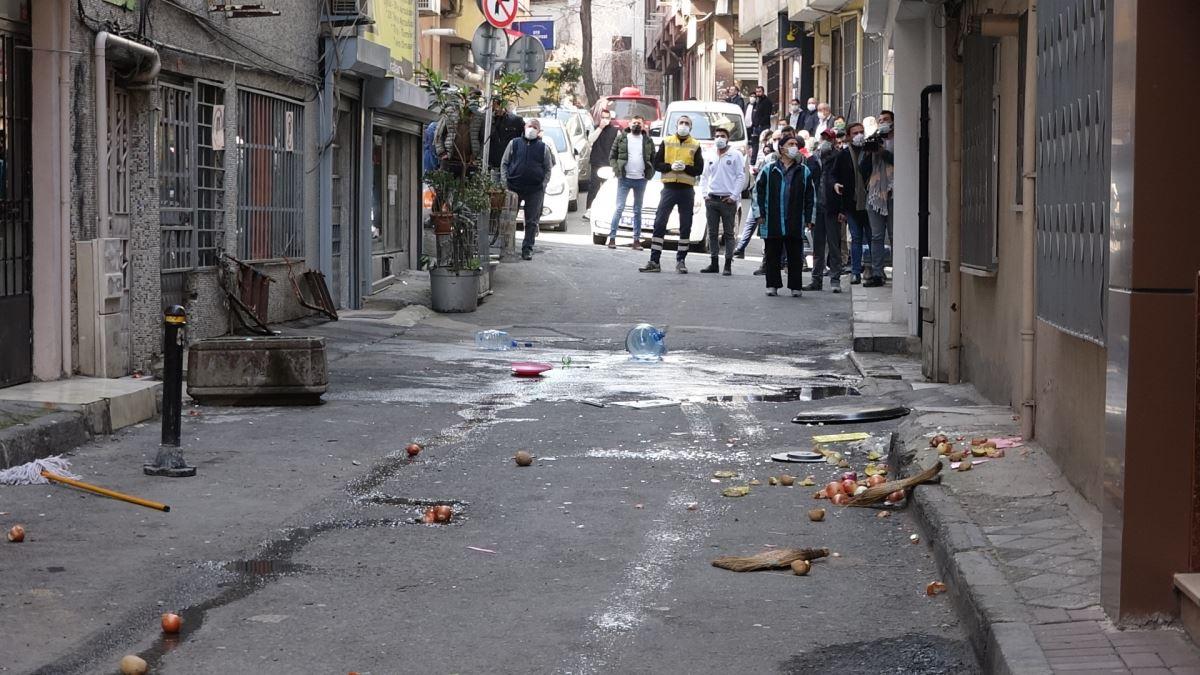 155149459 sislide kriz geciren kisi evdeki esyalari sokaga atti ozel harekat polisi devreye girdi 1