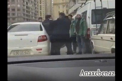 """Bakının mərkəzində """"əməliyyat"""": Gənc oğlanı zorla apardılar - VİDEO"""