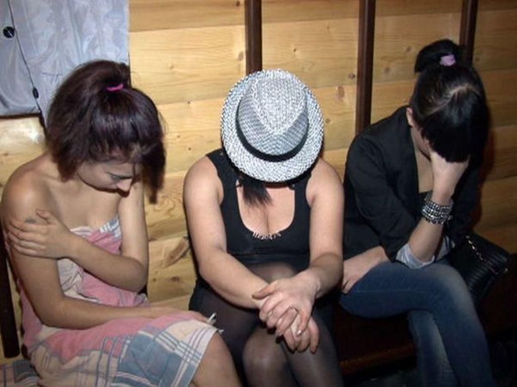Bakıda turistin başına oyun açan əxlaqsız qadınlar saxlanıldı